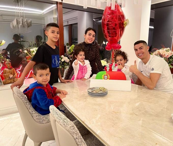 Ronaldo vui bên Georgina và các con trong buổi tối sinh nhật 5/2. Ảnh: Instagram / Ronaldo