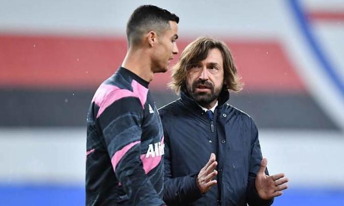 Pirlo (phải) nhiều lần đụng độ Ronaldo với tư cách cầu thủ Milan và Juventus, nay làm thầy của siêu sao Bồ Đào Nha. Ảnh: Reuters