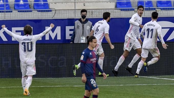 Varane cứu đội bóng trong khi các tiền đạo bất lực với thủ môn Fernandez. Ảnh: EFE.