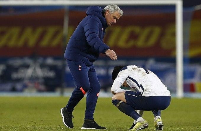 Mourinho động viên Son Heung-min sau trận. Ảnh: EPA