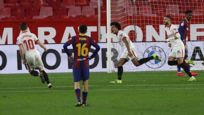 Kounde vượt qua hàng thủ Barca một cách dễ dàng.