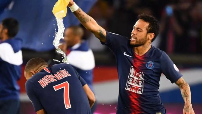 Khác biệt về tính cách không ngăn cản Mbappe và Neymar thân tình như anh em tại PSG. Trong ảnh là khoảnh khắc Neymar đổ nước vào đàn em khi mừng chiến thắng của PSG trước Monaco ở Ligue 1 hôm 21/4/2019. Ảnh: AFP