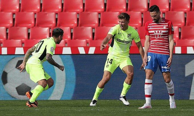 Correa (trái) và Llorente là những người hùng mang về chiến thắng cho Atletico trên sân Granada. Ảnh: EFE