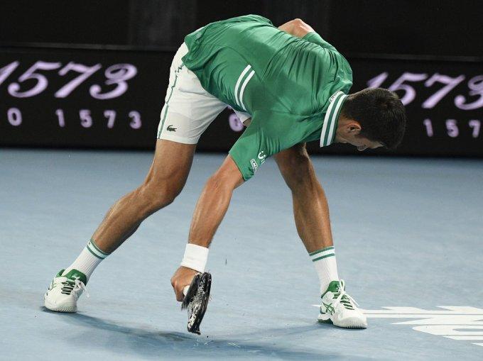 Djokovic không giữ được bình tĩnh ở giữa set ba. Ảnh: AP.