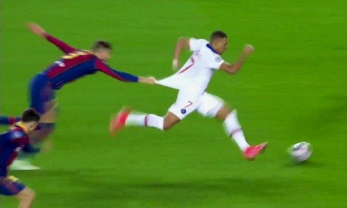 Pique ngã dúi người kéo áo nhưng vẫn không ngăn được Mbappe. Ảnh chụp màn hình