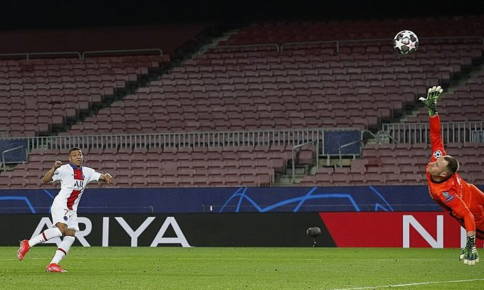 Pha cứa lòng của Mbappe ấn định tỷ số 4-1 cho PSG. Ảnh: Reuters