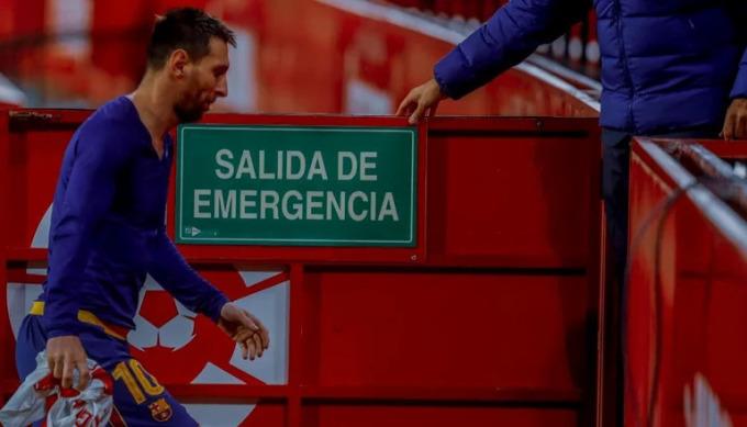 Messi cúi đầu rời sân sau trận thua PSG 1-4 hôm 16/2. Ảnh: EFE