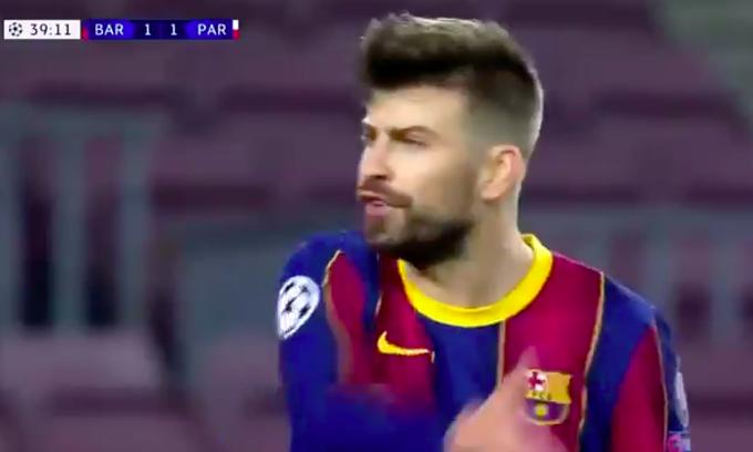 Pique chửi rủa Griezmann và đồng đội vì không thể cầm bóng đủ lâu, khiến hàng thủ Barca hoạt động vất vả. Ảnh chụp màn hình