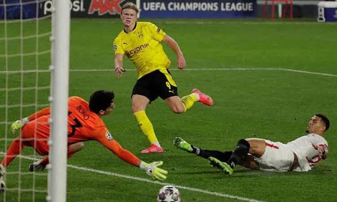 Dortmund trừng phạt những khoảnh khắc lơ là của đối thủ để giành chiến thắng. Ảnh: EPA.