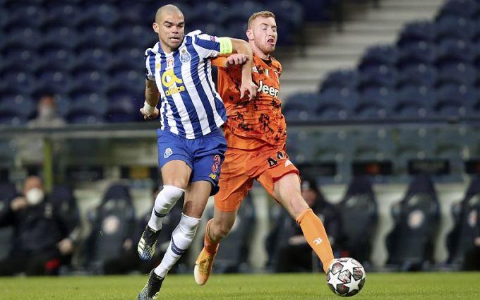 Trung vệ sắp 38 tuổi Pepe (trái) vẫn chơi tốt trong cuộc đối đầu với Juventus và Ronaldo. Ảnh: AP.