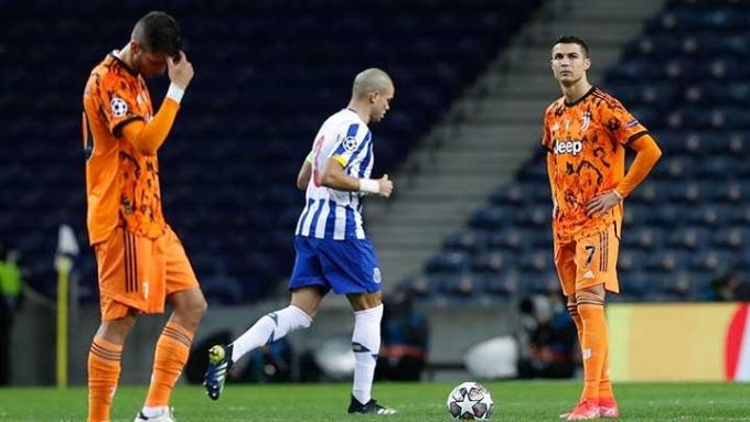 Ronaldo (phải) tịt ngòi trong trận thua Porto 1-2 ở lượt đi vòng 1/8 Champions League. Ảnh: Reuters.