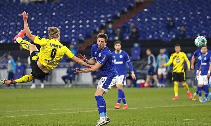 Cú vô-lê của Haaland nâng tỷ số lên 2-0. Ảnh: Bundesliga