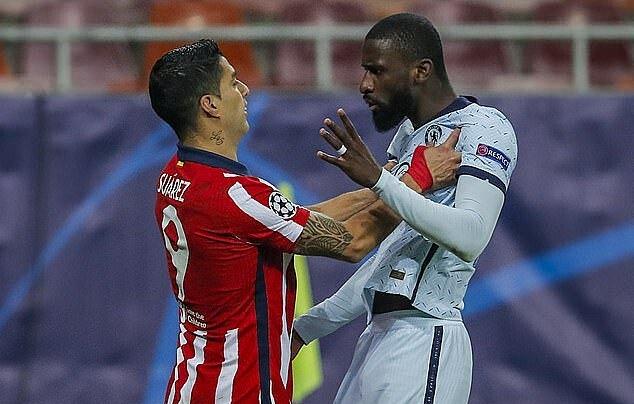 Suarez (trái) cự cãi với Rudiger sau pha chơi tiểu xảo. Nếu mất bình tĩnh, trung vệ Chelsea có thể rơi vào bẫy và dính thẻ. Ảnh: AP.