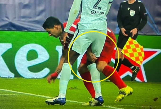 Suarez cấu đùi Rudiger trong lúc mất đà. Ảnh: BT Sport.