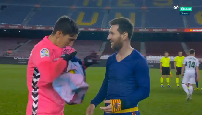 Messi xin đổi áo với thủ môn đối phương - 1
