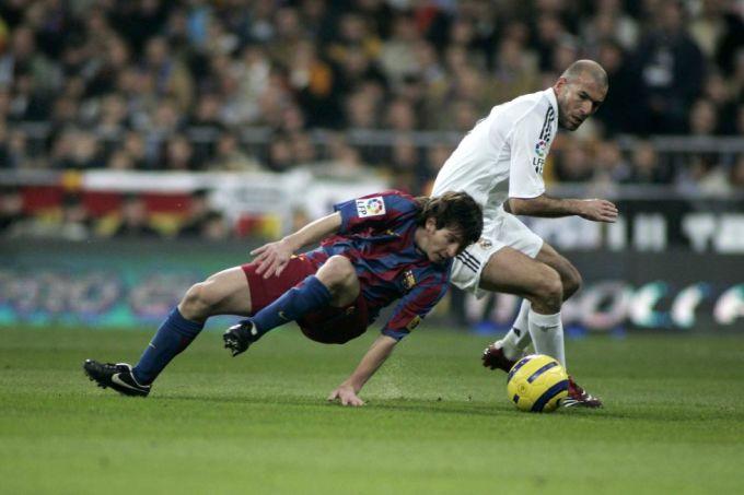 Messi đối đầu Zidane khi mới lên đội một Barca năm 2004. Ảnh: Marca.