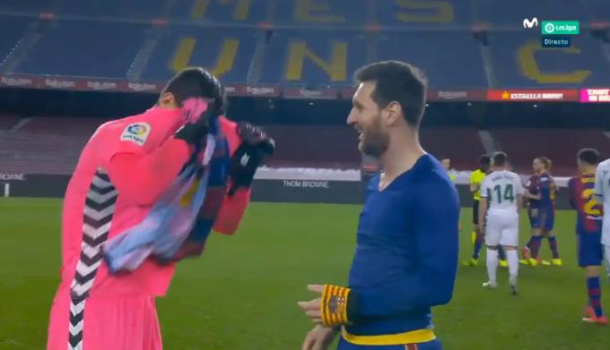 Messi cười vui vẻ khi chờ nhận áo từ Badia.