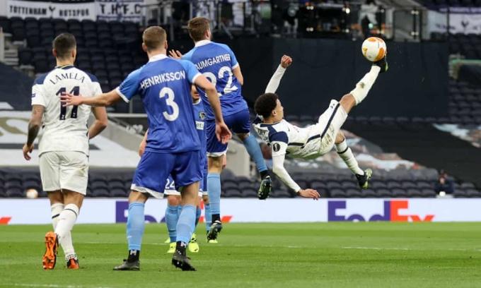 Một ngày sau khi Giroud lập siêu phẩm lật bàn đèn cùng Chelsea, Alli ghi bàn theo cách tương tự cho Tottenham. Ảnh: Reuters