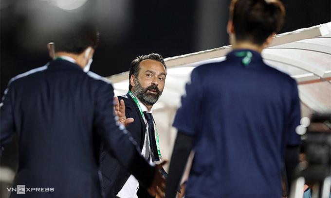HLV Fabio Lopez tố bầu Đệ ném ông ra đường như đồ vật.
