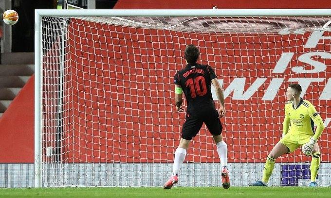 Man Utd thoát thua dù chịu phạt đền