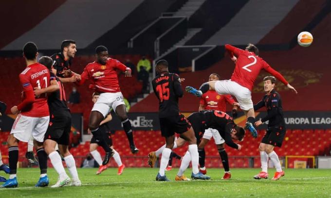 Tình huống Tuanzebe đánh đầu vào lưới, nhưng bàn thắng bị từ chối vì Lindelof (số 2) phạm lỗi. Ảnh: Reuters
