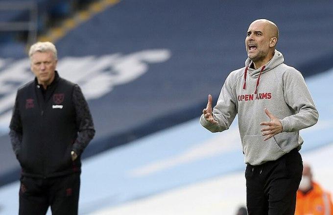 Guardiola (phải) ngoài đường biên trận gặp West Ham của David Moyes. Ảnh: AP.