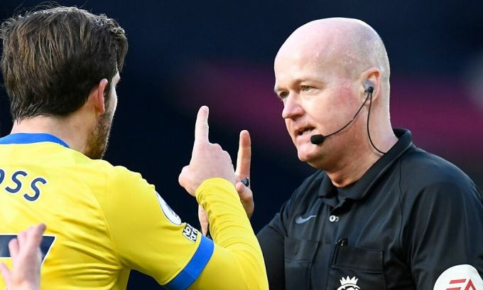 Cầu thủ Brighton phản ứng với trọng tài 49 tuổi Lee Mason. Mason bắt đầu cầm còi ở Ngoại hạng Anh năm 2006, và đã bắt chính 287 trận tại giải. Ảnh: Reuters
