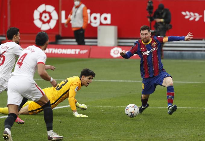 Bono không thể ngăn Messi sút bồi thành bàn.