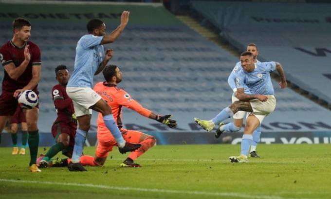 Jesus ghi hai bàn trong 10 phút cuối để giúp Man City chiến thắng. Ảnh: PA.