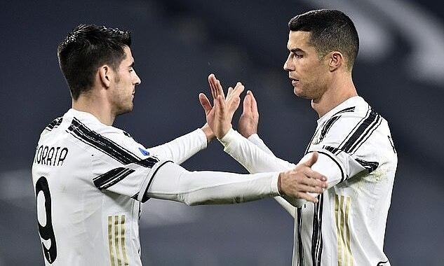 Ronaldo (phải) không nhảy mừng bàn thắng như thường lệ, mà chỉ đập tay cùng đồng đội ở bàn ấn định tỷ số 3-0. Ảnh: Reuters