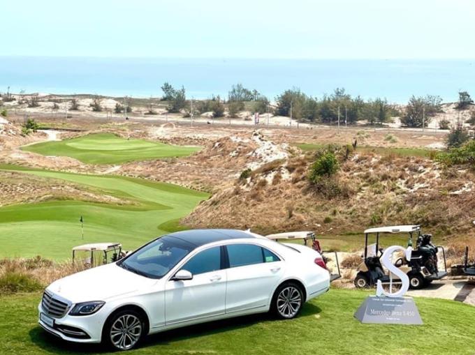 Mercedes-Benz S 450 L Luxury được trưng bày trên sân golf The Bluffs Hồ Tràm Strip.