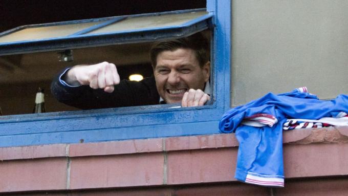 Gerrard chia vui từ xa với CĐV sau khi Rangers đủ điểm vô địch. Ảnh: Reuters.