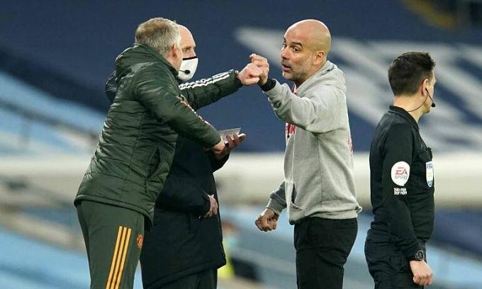Guardiola chạm tay Solskjaer trước khi đôi bên có những lời qua tiếng lại ở trận đấu trên sân Etihad tối 7/3. Ảnh: PA.
