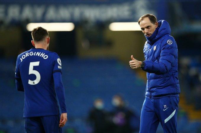 Tuchel chia vui với học trò Jorginho sau trận thắng Everton 2-0 hôm 8/3. Ảnh: Chelsea FC