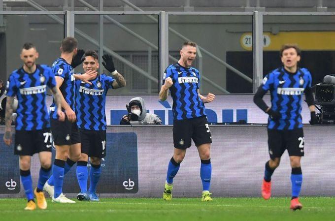 Skriniar (thứ hai từ phải sang) ghi bàn thứ ba ở Serie A mùa này. Ảnh: Reuters