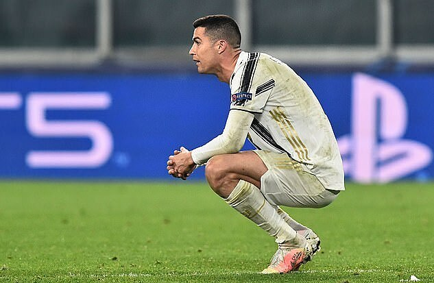 Ronaldo buồn bã sau khi Juventus bị loại. Ảnh: Reuters.