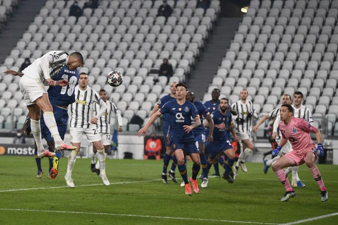 Cú đánh đầu hỏng ăn của Ronaldo ở phút 78. Ảnh: Lapresse