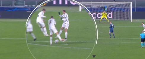 Ronaldo (số 7) quay mặt đi khi bóng bay qua giữa hai chân của anh. Ảnh chụp màn hình