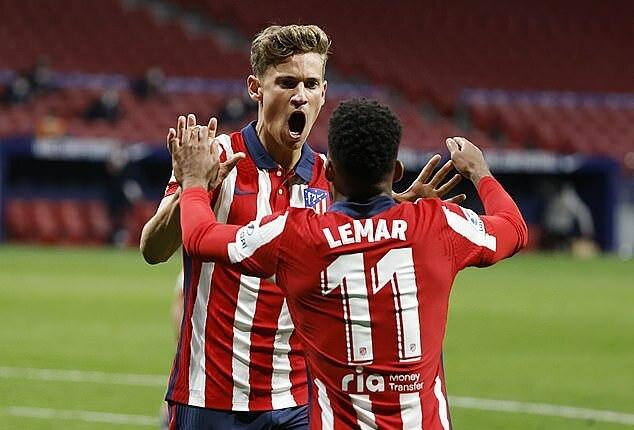 Llorente gỡ hòa cho Atletico ở phút bù giờ hiệp một. Ảnh: Reuters.