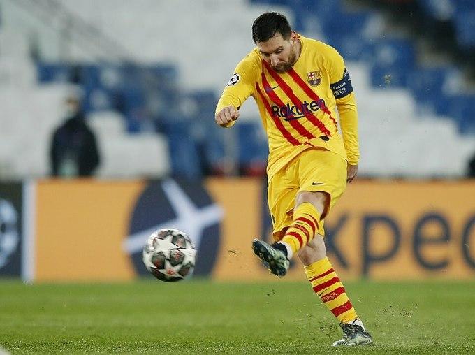 Cú nã đại bác của Messi gỡ hòa 1-1. Ảnh: Reuters