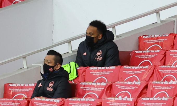Aubameyang ngồi xem trận đấu trên khán đài dù được cơ cấu đá chính. Ảnh: PA.