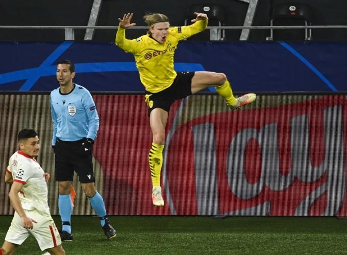 Haaland mừng khi lập cú đúp vào lưới Sevilla ở lượt về vòng 1/8 Champions League hôm 9/3. Ảnh: AFP