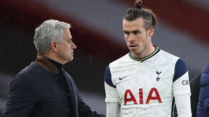 Bale hậm hực khi bị Mourinho rút khỏi sân giữa chừng trận thua Arsenal hôm 14/3. Ảnh: PA