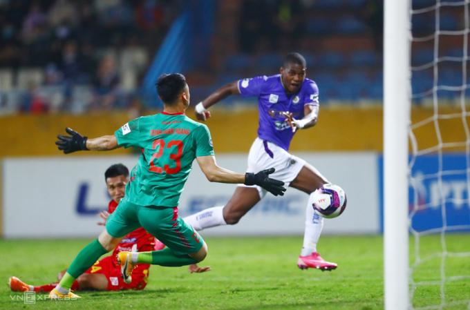 Trịnh Văn Hoàng nhận ba bàn thua trong lần đầu tiên bắt chính ở V-League 2021. Ảnh: Giang Huy