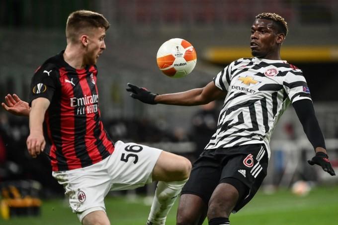 Pobga áp sát ngăn cản tiền đạo Alexis Saelemaekers trong một pha tấn công của Milan. Ảnh: AFP