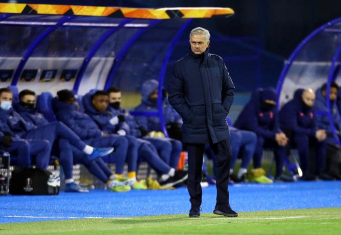 Mourinho bất lực khi nhìn các học trò đánh mất lợi thế rồi bị loại khỏi Europa League. Ảnh: Reuters
