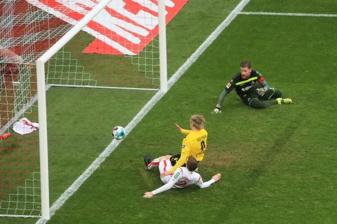 Haaland trong tình huống đệm bóng cận thành, gỡ hoà 2-2 cho Dortmund. Ảnh: AFP