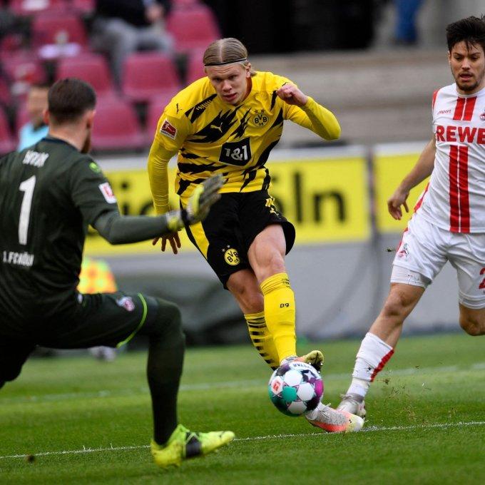 Haaland trong tình huống xâu kim thủ môn Horn, mở tỷ số cho Dortmund. Ảnh: AFP