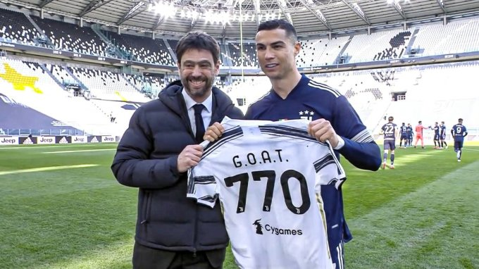 Ronaldo và chiếc áo đặc biệt từ ông chủ Juventus Andrea Agnelli. Ảnh: Twitter.