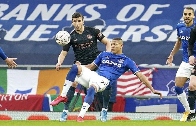 Everton chơi tử thủ nhưng không thể ngăn Man City. Ảnh: AP.